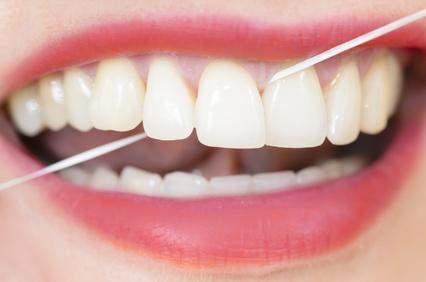 Zahnseide hilft, bei der Reinigung der Zahnzwischenräume