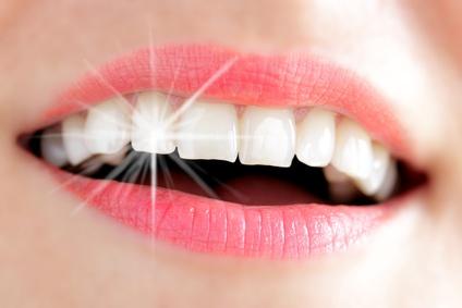 Schmucksteinchen auf dem Zahn