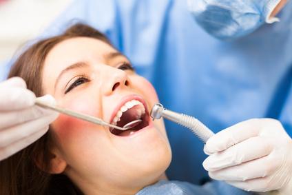 mikrochirurgischer Zahnfleischaufbau durch den Zahnarzt